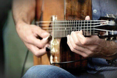 Playing-guitar-with-small-hands