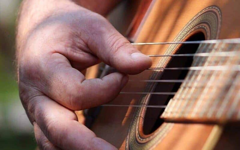 playing-guitar-with-short-fingers