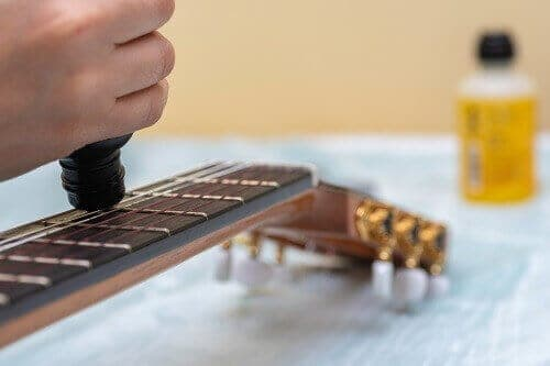 how to clean acoustic guitar strings
