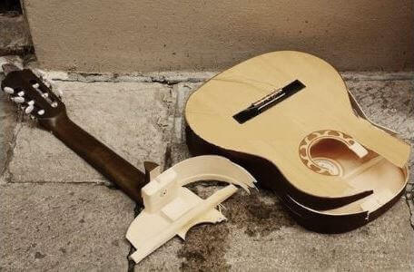 Will-hanging-a-guitar-damage-it